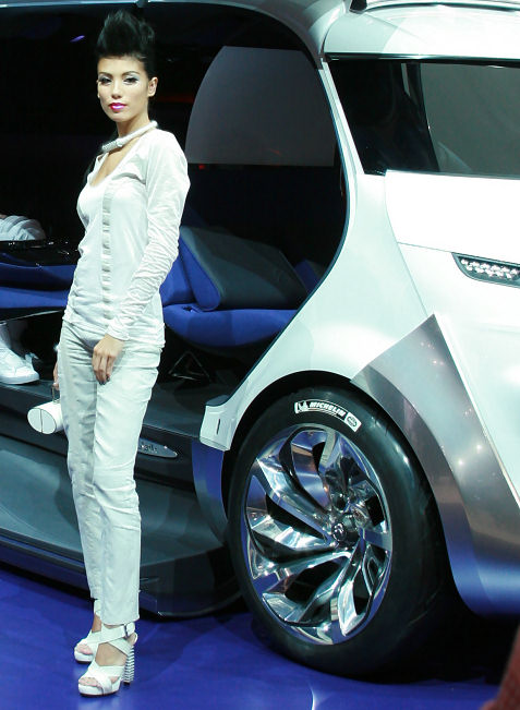 30-booth-babes-at-frankfurt-motor-show