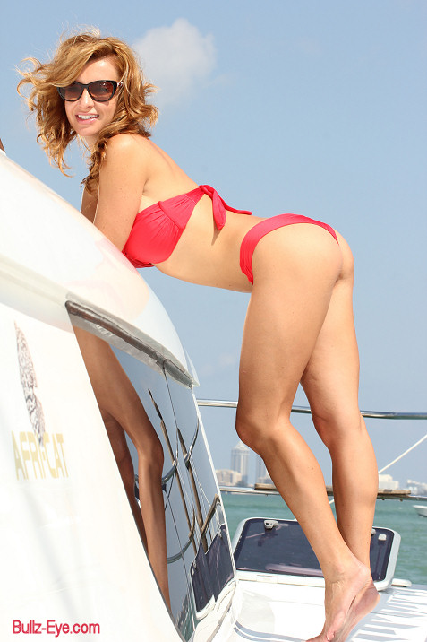 1-miami-boat-show-bullz-eye-bikini-team