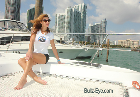 10-miami-boat-show-bullz-eye-bikini-team