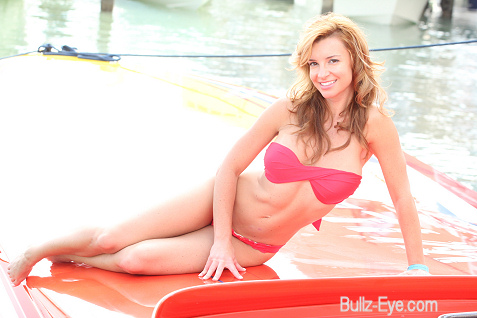 16-miami-boat-show-bullz-eye-bikini-team