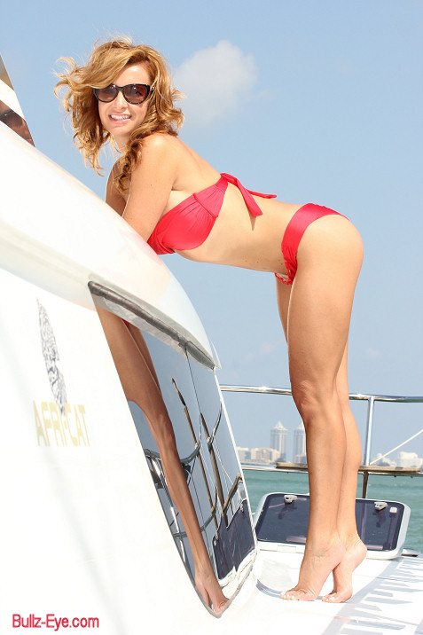 2-miami-boat-show-bullz-eye-bikini-team