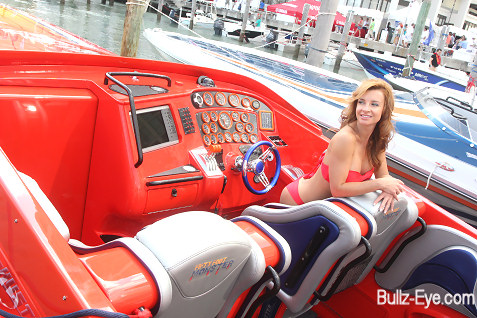 22-miami-boat-show-bullz-eye-bikini-team