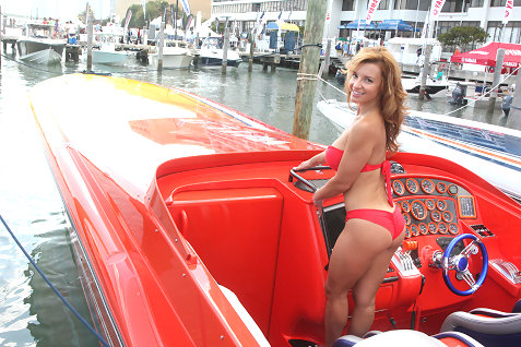 24-miami-boat-show-bullz-eye-bikini-team