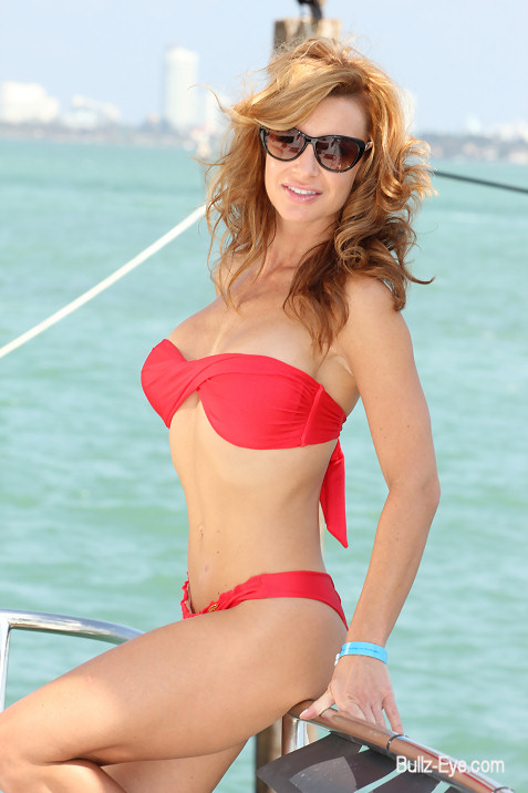 7-miami-boat-show-bullz-eye-bikini-team