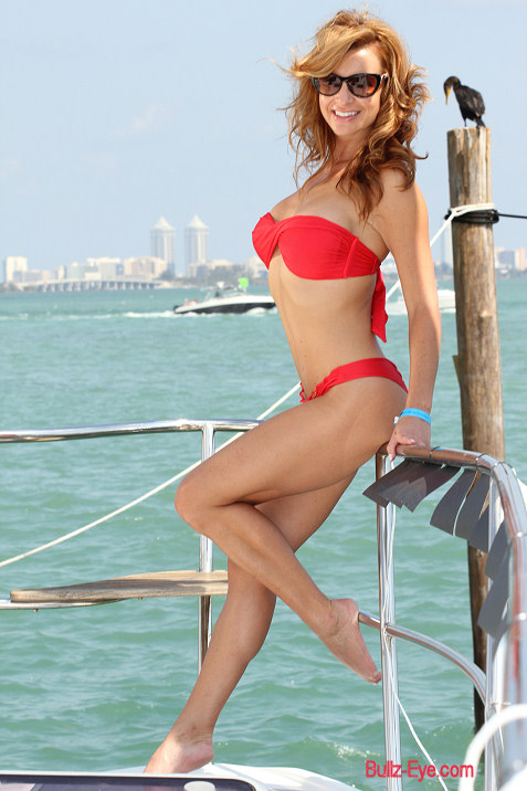 8-miami-boat-show-bullz-eye-bikini-team