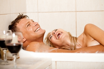 ID-10069973 Couple in bathtub