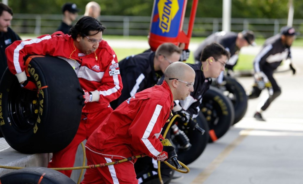 pit-crew-nascar-in-action